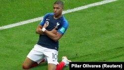 کلیان مپی، مهاجم فرانسه یی که دو بار دروازۀ ارژنتاین را باز کرد و یک پنالتی هم به نفع تیمش گرفت.
