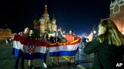 Fans de Croacia posan para una foto mientras celebran la victoria de su selección en la semifinal frente a Inglaterra el miércoles, 11 de julio de 2018, en Moscú, Rusia.