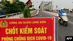 Một chốt kiểm soát dịch COVID-19 ở Hà Nội.