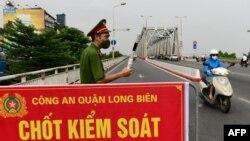 Một chốt kiểm soát ở Hà Nội.
