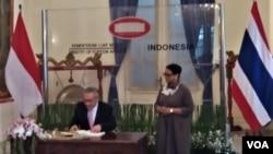 Menlu Indonesia Retno Marsudi melakukan pertemuan dengan Menlu Thailand Don Pramudwinai di Jakarta, Rabu (13/3). Salah satu isu yang dibahas adalah situasi di negara bagian Rakhine, Myanmar. (Foto: VOA/Fathiyah)