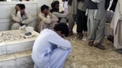 یک مرد سوگوار افغان در مراسم تدفین احمد ولی کرزی در کرز- افغانستان. ۱۳ ژوئیه ۲۰۱۱