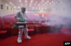 South Korean health officials spray a movie theater with germ killer in Seoul, June 12, 2015. (AFP PHOTO)