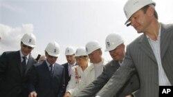 Wakil Perdana Menteri Rusia Alexander Zhukov, kiri, Utusan Presiden Vladimir Putin untuk kawasan Rusia selatan, Dmitry Kozak, kedua dari kiri, Gubernur Krasnodar Governor Alexander Tkachev, kanan, dan pejabat-pejabat lain melakukan upacara peletakan batu pertama pembangunan Olimpiade musim dingin di Sochi (foto: dok).