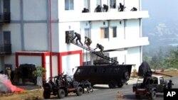 Para anggota pasukan khusus menyerbu sebuah bangunan dalam latihan gabungan anti terorisme di Sentul, Jawa Barat, Jumat (13/9).