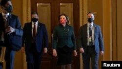 លោកស្រី Nancy Pelosi ប្រធានរដ្ឋសភាអាមេរិក មានវត្តមាននៅវិមានរដ្ឋសភា មុនការបោះឆ្នោតអនុម័តលើសំណើច្បាប់បង្កើនជំនួយថវិកាឲ្យពលរដ្ឋអាមេរិកាំងក្នុងម្នាក់ ២.០០០ដុល្លារ នៅរដ្ឋធានីវ៉ាស៊ីនតោន កាលពីថ្ងៃទី២៨ ខែធ្នូ ឆ្នាំ២០២០។