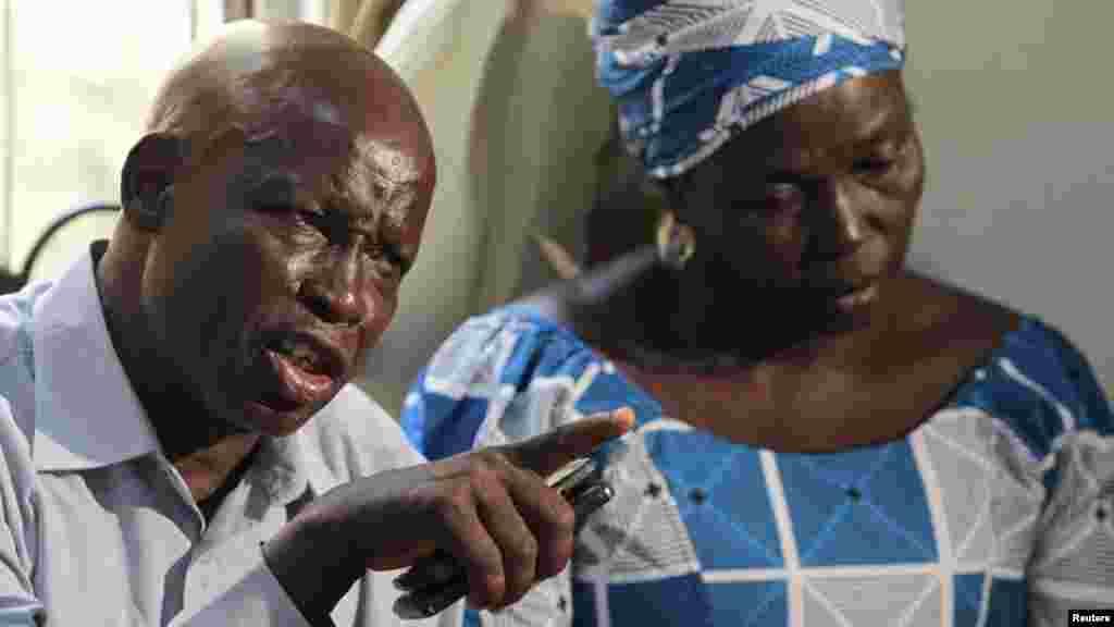 Reveren Enoch Mark, kakakin iyayen dalibai mata na Chibok da aka sace, yana magana a lokacin wani taron da suka yi domin tattauna kokarin kwato 'yan matan na Chibok da aka sace.