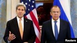 اتریش، نومبر ١۴، ٢٠١٥: د متحده ایالاتو او روسیې د بهرنیو چارو وزیران د سوریې په اړه د خبریالانو پوښتنې ځوابوي