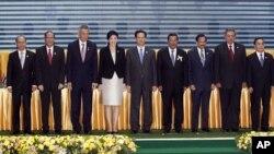 Từ trái sang phải: Tổng thống Myanmar Thein Sein, Tổng thống Philippines Benigno Aquino, Thủ tướng Singapore Lý Hiển Long, Thủ tướng Thái Lan Yingluck Shinawatra, Thủ tướng Việt Nam Nguyễn Tấn Dũng, Thủ tướng Campuchia Hun Sen, Thủ tướng Brunei Hassanal Bolkiah, Tổng thống Indonesia Susilo Bambang Yudhoyono, Thủ tướng Lào Thongsing Thammavong, Thủ tướng Malaysia Najib Razak và Tổng Thư ký ASEAN Surin Pitsuwan.