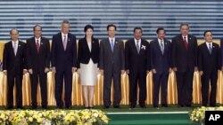 Lãnh đạo các nước Ðông Nam Á tại Hội nghị thượng đỉnh ASEAN ở Phnom Penh, Campuchia, ngày 18/11/2012.