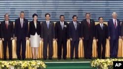 Para pemimpin negara ASEAN termasuk Presiden Susilo Bambang Yudhoyono (ketiga dari kanan), berfoto bersama pasca peandatanganan deklarasi HAM ASEAN dalam Pertemuan Tahunan ke-21 ASEAN di Phnom Penh, Kamboja (18/11).