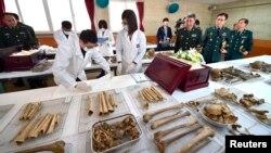 2015年3月16日韩国国防部遗骸发掘鉴识团阵亡局人员举行中国军人遗骸入殓仪式。在场的有中国驻韩国武官杜农一(右三)