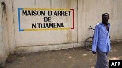 Un Tchadien devant une prison à N'Djamena, le 9 novembre 2007.