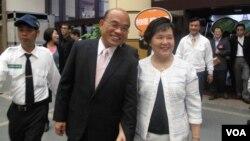 民进党主席苏贞昌和夫人(美国之音申华拍摄)