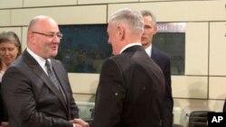 Джеймс Мэттис и Леван Изория на встрече НАТО-Грузия в Брюсселе, февраль 2017 года (архивное фото)
