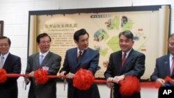 台灣總統馬英九(中)跟與會嘉賓為特展剪彩
