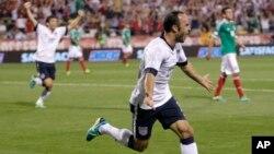 Tiền vệ Landon Donovan của tuyển Mỹ ăn mừng sau khi ghi bàn trong hiệp hai trận đấu vòng loại với Mexico trên sân Columbus, bang Ohio. Mỹ hạ Mexico 2-0, đoạt vé vào World Cup 2014.