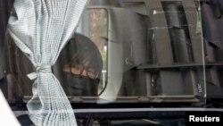 香港支聯會副主席鄒幸彤9月8日清晨被香港警方國安處人員拘捕後帶上警車離開 (路透社照片)