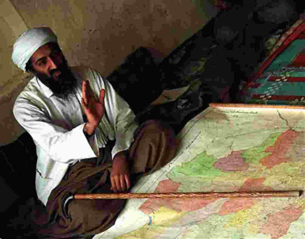 En esta foto de archivo de abril de 1998, el disidente saudí Osama bin Laden se muestra exiliado en Afganistán.