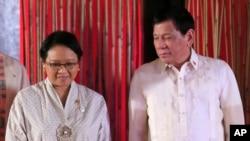 Presiden Filipina Rodrigo Duterte (kanan) saat bertemu dengan Menteri Luar Negeri RI Retno Marsudi di Manila, 8 Agustus 2017. (Foto: dok).