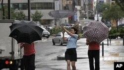 """8月8日受强热带风暴""""梅花""""影响的首尔街头"""