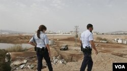 Polisi Israel memeriksa lokasi serangan roket di sebuah lokasi tak jauh dari Pelabuhan Laut Merah.