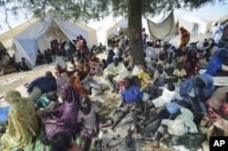 Des personnes rassemblées près des installations onusiennes après avoir fui les combats à Kadugli, chef-lieu du Sud-Kordofan, en juin 2011