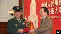 副司令王郡里与港大校长徐立之交换礼物