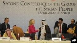 Menteri Luar Negeri AS, Hillary Clinton menyalami seorang petugas Arab sebelum dimulainya pertemuan kedua 'Sahabat-Sahabat Suriah' di Istanbul, Turki (1/4).