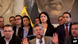Henry Ramos Allup, al centro, es el presidente de la Asamblea Nacional de Venezuela.