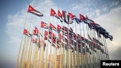 Bendera-bendera Kuba di depan Kedubes AS di Havana (Foto: dok).
