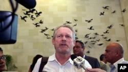 Le ministre sud-afrcain du Commerce et de l'Industrie Rob Davies parle à la presse, le 6 juin 2013.