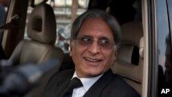 پاکستان پیپلز پارٹی کے رہنما اور سپریم کورٹ کے سینئر وکیل اعتزاز احسن۔ فائل فوٹو