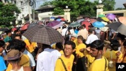 ေအာက္တုိဘာ ၁၂ ရက္ေန႔က ျပန္လြတ္လာမည့္ ႏုိင္ငံေရးအက်ဥ္းသားမ်ားကုိ ေစာင့္ေနၾကသည့္ မိသားစု၀င္ေတြနဲ႔ ေထာက္ခံအားေပးသူမ်ား။ (AP Photo/Khin Maung Win)