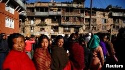 Cử tri Nepal xếp hàng bên ngoài một phòng phiếu ở Bhaktapur, 19/11/13