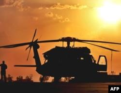 在伊拉克执行任务的美军黑鹰直升机(资料照片)