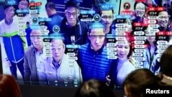 中国福建省福州市举办的中国数字技术展览会上参观者的脸部在人脸识别技术屏幕上显示。(2019年5月8日)