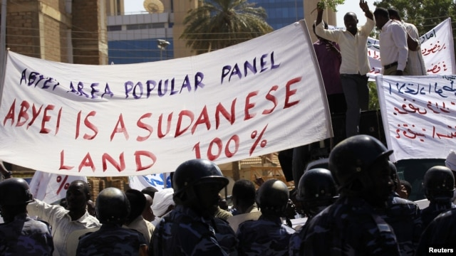 People from the Misseriya tribe of the Abyei oil region protest against the proposal of African Union (AU) mediator former South African president Thabko Mbeki for a referendum to decide whether the region belonged to Sudan or South Sudan, outside the United Nations (U.N.) and AU headquarters in Khartoum, Sudan, November 28, 2012.