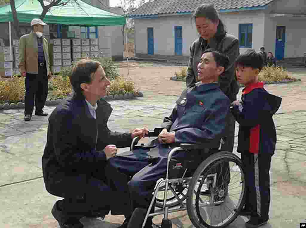 Stephen Linton of the Eugene Bell Foundation speaking with a tuberculosis patient and his family in North Korea, (Eugene Bell Foundation)