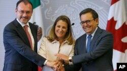 Menteri Luar Negeri Meksiko Luis Videgaray (kiri), Menteri Luar Negari Kanada Chrystia Freeland (tengah) dan Sekretaris Ekonomi Meksiko Ildefonso Guajardo berpose dalam konferensi pers usai renegosiasi Perjanjian Perdagangan Bebas Amerika Utara (NAFTA) di Mexico City, 25 Juli 2018.