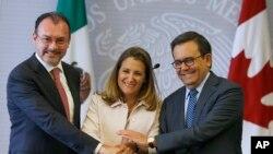 El canciller mexicano Luis Videgaray (izquierda), la canciller Chrystia Freeland de Canadá y el secretario de Economía de México, Ildefonso Guajardo posan para una foto durante una conferencia de prensa conjunta sobre las renegociaciones en curso del Tratado de Libre Comercio de América del Norte (TLCAN) en la Ciudad de México, Miércoles, 25 de julio de 2018. (AP Photo / Marco Ugarte)