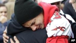 美國華盛頓州西雅圖市附近一所學校槍擊事件發生後,學生要有家長安慰。