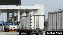 2010년 5월 동해선남북출입사무소를 통과하는 북한수산물 수입업체 차량들. (자료사진)