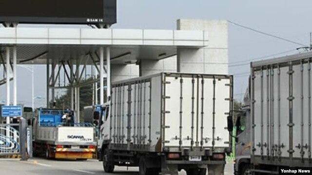 2010년 5월 남북출입사무소를 통과하는 북한수산물 수입업체 차량들. (자료사진)