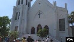 نمای از کلیسای چارلستُن که مورد حمله قرار گرفت و نو سیاه پوست در آن کشته شد.