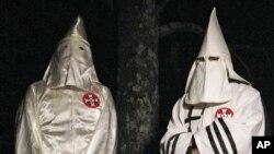 Dua anggota Ku Klux Klans dalam wawancara di dekat Pelham, North Carolina (2/12).