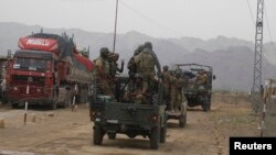 지난 6월 파키스탄 정부군 병사들이 북와지리스탄주를 향하고 있다. (자료사진)