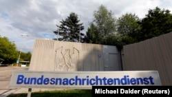 Alman federal istihbarat dairesi BND'nin Münih dışındaki merkezinin girişi