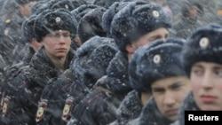 Pasukan keamanan Rusia siaga melakukan penjagaan keamanan dalam peringatan HUT ke-2 aneksasi Rusia atas Krimea, 18 Maret 2016 (foto: ilustrasi).