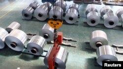 Tư liệu - Các cuộn giấy nhôm ở một nhà máy ở Tân Châu, tỉnh Sơn Đông, Trung Quốc, ngày 16 tháng 5, 2017